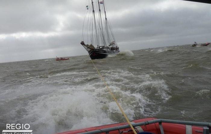 Zeilschoener in problemen op het IJsselmeer