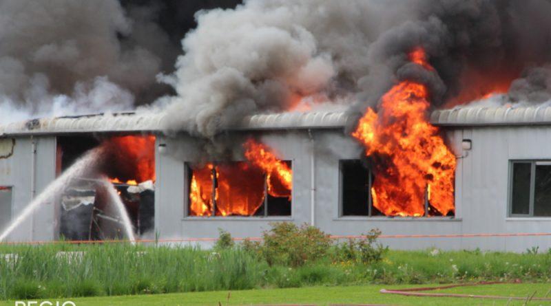 Grote brand in bedrijfspand met sfeerverlichting etc.