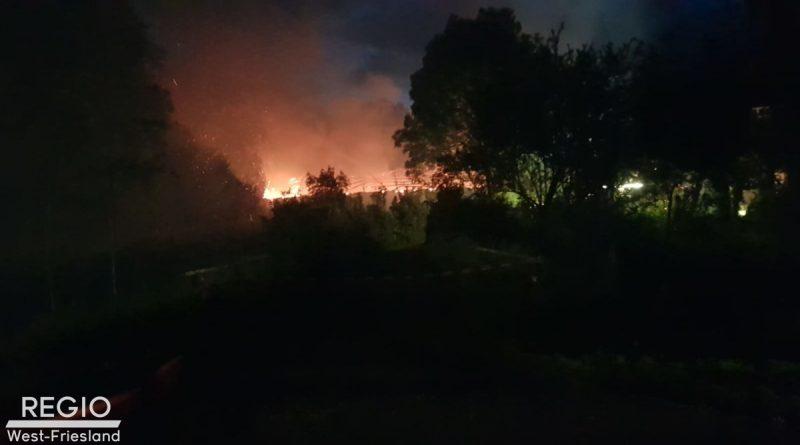 [Foto update] Grote brand in Middenmeer: voormalige aardappelschuur in brand