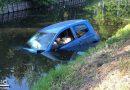 Auto raakt te water na botsing met auto in Blokker
