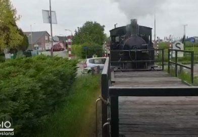 [Video] Automobilist ramt historische stoomlocomotief bij spoorovergang Wognum