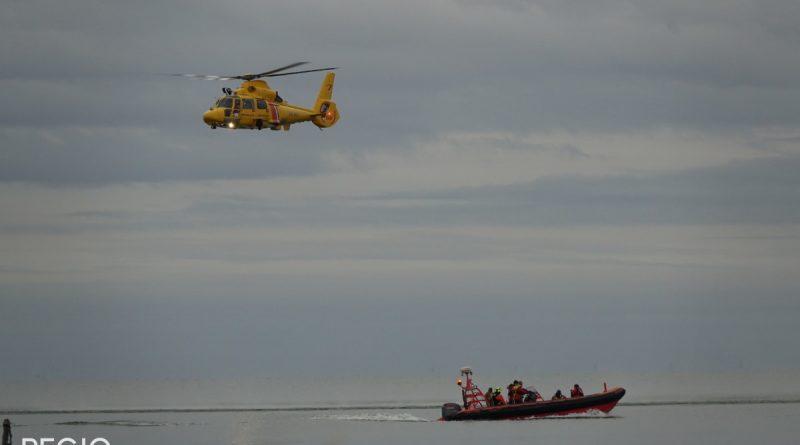 Reddingstation Wijdenes oefent met kustwachthelikopter op Markermeer