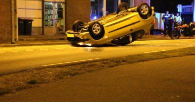 Auto komt tot stilstand op dak, bestuurster naar bureau