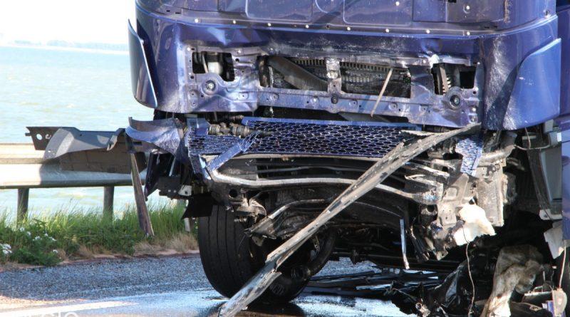 Dodelijk ongeval tussen vrachtwagen en auto op de Markerwaarddijk