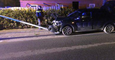 Bestuurder rijdt lantaarnpaal krom met auto in Hoorn