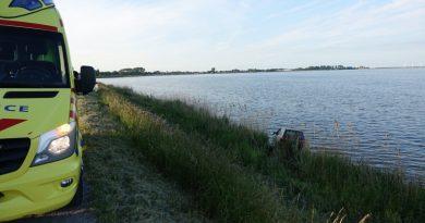 Auto beland in water Zuiderdijk in Venhuizen