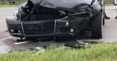 Twee auto's komen met elkaar in botsing in Andijk