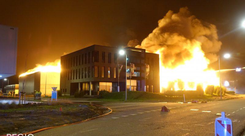 Zeer grote brand in Zwaag: Twee panden in brand