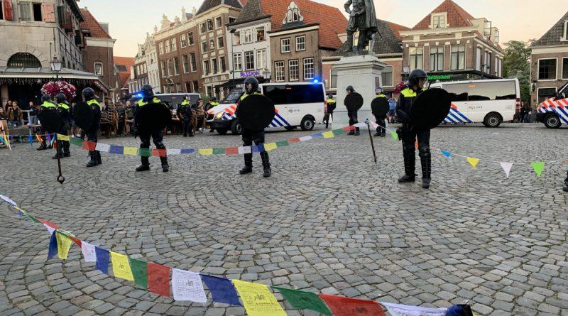 [video] Twaalf aanhoudingen tijdens onlusten na demonstraties in Hoorn