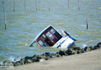 [update] Grote zoekactie na aangespoelde motorboot in Andijk, bemanning meldt zich bij politie