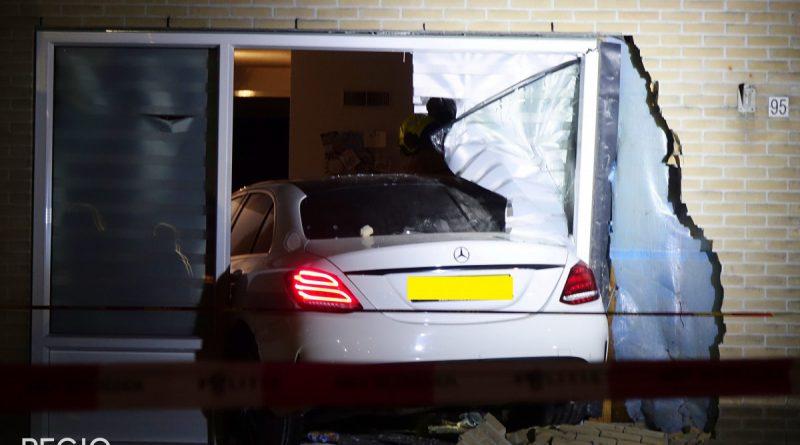 Auto rijdt woning binnen in Hoorn