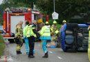 Twee gewonden na botsing met lantaarnpaal, auto beland op zijkant
